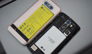 lg-g5-versus-g3-battery-placement-840x525